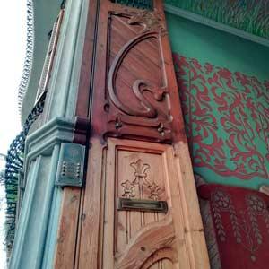 GatVell. Porta de carrer mig restaurada per nosaltres.