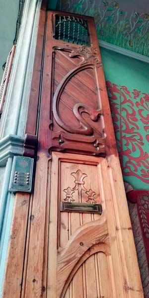 GatVell. Porta de carrer mig restaurada