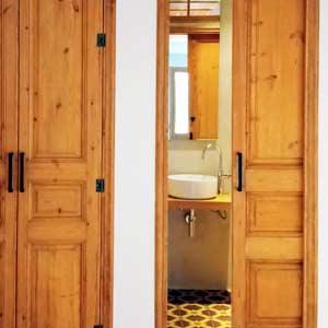 GatVell. Portes de fusta restaurades a casa del client